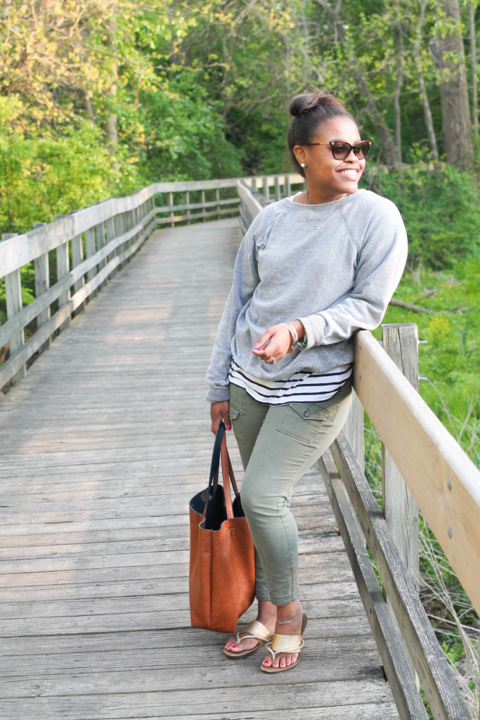 casual summer looks with brown and navy tote